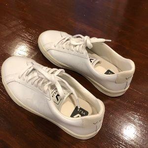 Veja Esplar Sneaker, size 5 for women.